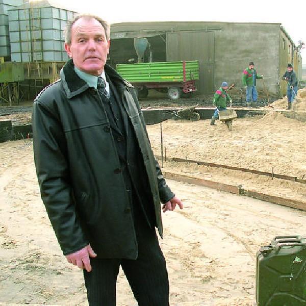 Włodzimierz Kulczyk na placu budowy. Silos, który pomieści nawet 3 tysiące ton zbóż powstaje m.in. za pieniądze z PROW 2004-2006.