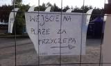 Którędy na plażę w gm. Władysławowo? Zamknięty parking i płot przy wejściu nr 2 od strony stacji benzynowej   ZDJĘCIA