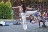 Taniec na trawie, wyginam śmiało ciało, czyli rozciąganie i tańcowanie. Na Łazarzu ruszył cykl warsztatów tanecznych. Zdjęcia