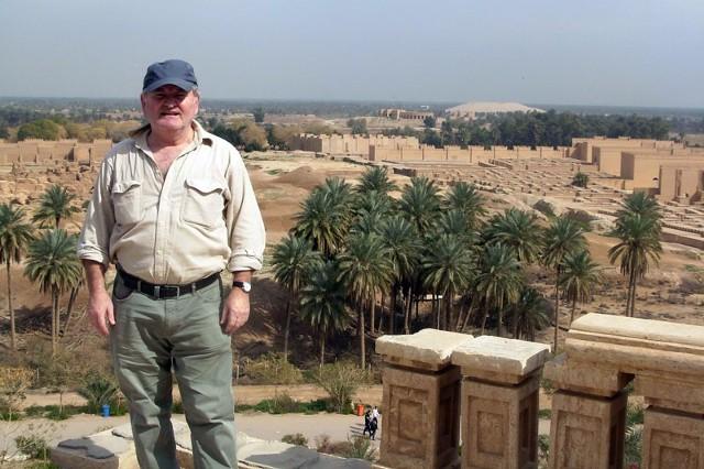 Marian Krzywda i ruiny Babilonu.