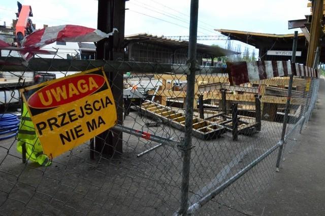 Na dworcu PKP w Koszalinie trwają prace remontowe. Spółka PKP Polskie Linie Kolejowe postanowiła zainwestować w budowę dwóch szybów oraz wind na koszalińskim dworcu. Będą z nich mogli korzystać zarówno niepełnosprawni poruszający się na wózkach, jak też ludzie schorowani, rodzice prowadzący wózek z dzieckiem czy wreszcie pasażerowie, którzy mają duży bagaż i wspinaczka po schodach prowadzących na peron jest dla nich sporym wyzwaniem. Żeby obejrzeć film 360 stopni należy otworzyć wideo w aplikacji Youtube