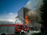 Gigantyczny pożar przy ulicy Lnianej w Koszalinie. Dym widać z wielu kilometrów [ZDJĘCIA]