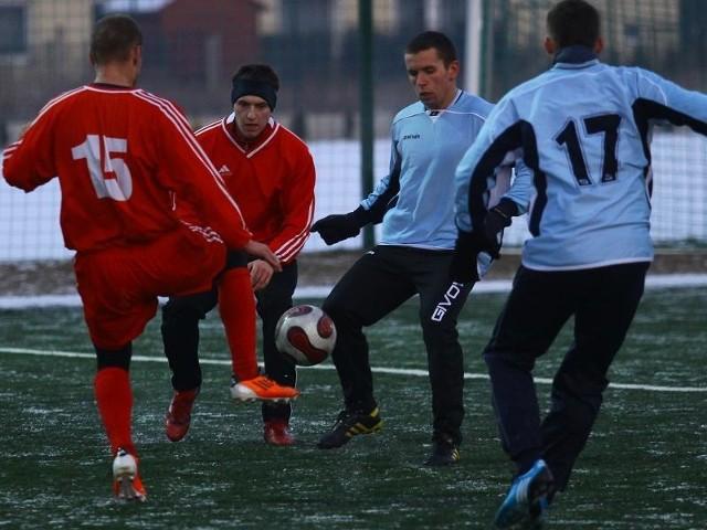 Piłkarze grają mimo trudnych warunków.