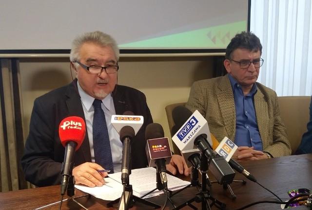 Od lewej: rektor UTH Zbigniew Łukasik i dziekan wydziału lekarskiego Zbigniew Kotwica odpierali w środę zarzuty Polskiej Komisji Akredytacji, która wystawiła kierunkowi lekarskiemu negatywną opinię.