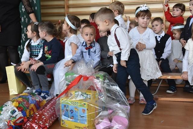 Przedszkolaki z Klęczan z okazji otwarcia ich nowej siedziby odebrały w prezencie mnóstwo zabawek