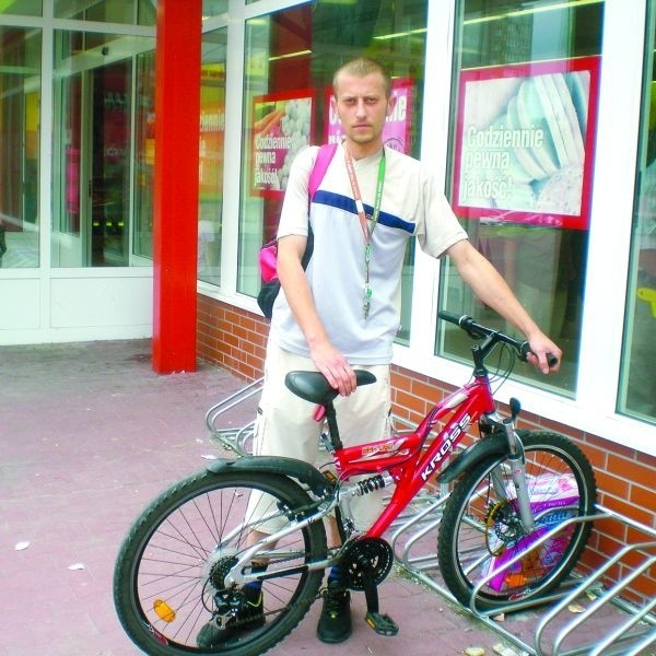 - Przydałoby się więcej ścieżek i oznakowanych części chodnika dla rowerzystów - mówi ostrołęczanin Mariusz Ciak