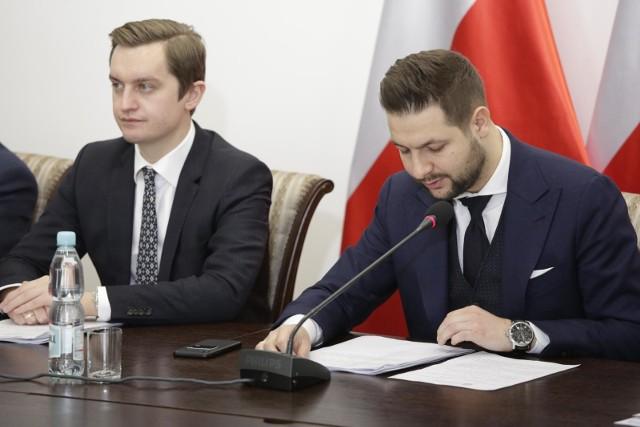 Sebastian Kaleta i Patryk Jaki w czasie posiedzenia komisji ds. reprywatyzacji