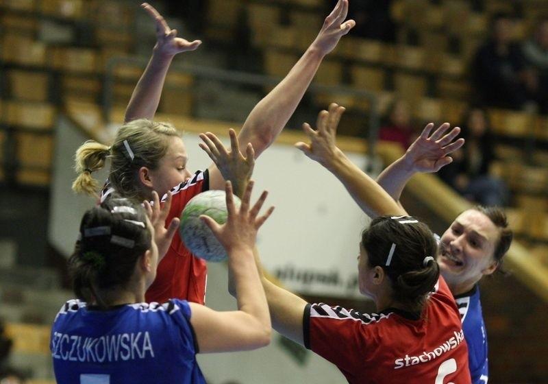 W Pucharze Polski górą była Słupia (niebieskie stroje). Jak będzie w lidze?