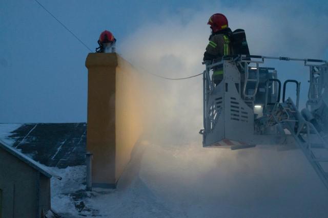 Do tej akcji strażacy wezwani zostali po godzinie 15.00. Silne zadymienie kamienicy przy ulicy Sierocej. Na ratunek ruszyły trzy zastępy strażaków z JRG nr 1 w Bydgoszczy. Droga na miejsce pożaru była niezwykle trudna - wskutek ataku zimy, ulice tarasowały liczne korki. Po drodze strażacy pomagali m.in. kierowcom, którzy utknęli na ulicy Podgórnej. Na szczęście interwencja przyszła w porę. Na miejscu zdarzenia udało się opanować żywioł i ogień nie rozprzestrzenił się na dach. Więcej zdjęć z akcji gaszenia pożaru >>>