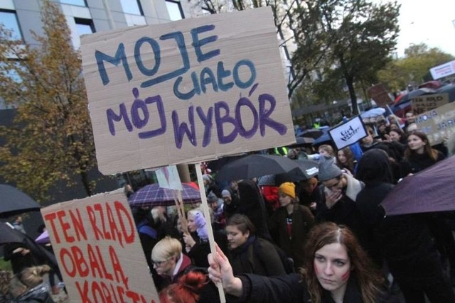 """Podczas Czarnych Protestów kobiety krytykowały wprowadzenie zakazu aborcji oraz wprowadzenie pigułek """"dzień po"""" na receptę"""