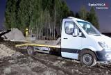 Blachownia: Policja zatrzymała mężczyzn, którzy chcieli ukraść maszynę budowlaną. Wpadli, bo ich samochód podczas kradzieży utknął w błocie