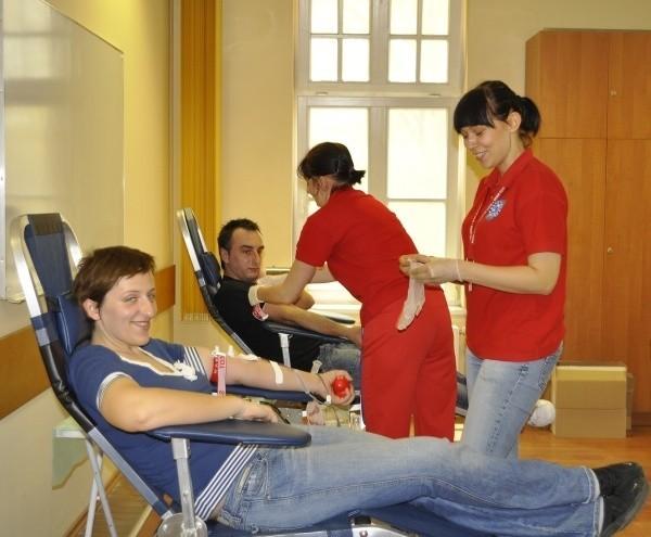 Paulina Kraus, studentka III roku politologii (na pierwszym planie) oddała krew pierwszy raz.