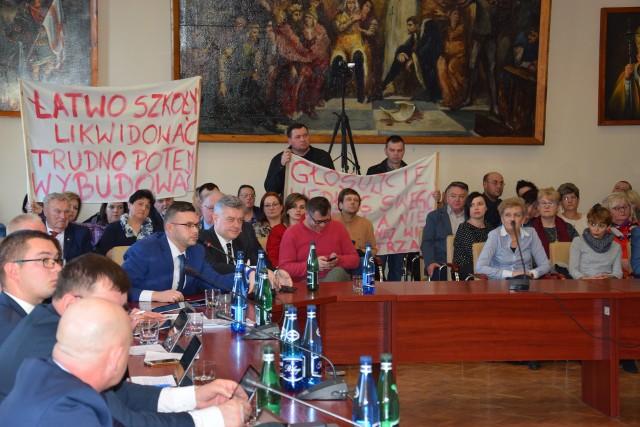 Wielu mieszkańców gminy, zainteresowanych utrzymaniem szkoły w Januszkowie, pojawiło się dziś na sesji w Żninie