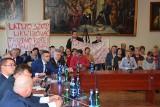 Obrońcy szkoły w Januszkowie k. Żnina: - Cieszymy się, ale i obawiamy, co dalej [zdjęcia]