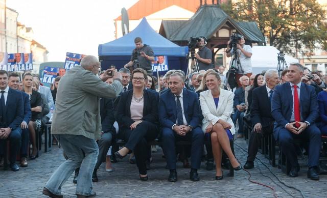 Grzegorz Schetyna, Katarzyna Lubnauer i Barbara Nowacka przyjechali dziś do Rzeszowa na konwent wyborczy Koalicji Obywatelskiej, który odbył się na Rynku. Wcześniej liderzy Koalicji Obywatelskiej spotkali się z prezydentem Rzeszowa Tadeuszem Ferencem, którego popierają w nadchodzących wyborach samorządowych.UWAGA, DEBATA! KANDYDACI NA PREZYDENTA RZESZOWA I ICH POMYSŁ NA MIASTO
