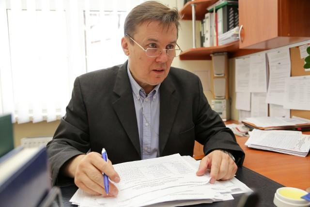 Dyrektor Krajowego Biura Wyborczego w Białymstoku Marek Rybnik komentuje, że teoretycznie obecność osoby zmarłej w spisie wyborczym może sprzyjać fałszerstwu, ale praktyka je wyklucza. Bo w komisji wyborczej zasiadają osoby zgłaszane przez różne partie i każdy każdemu patrzy na ręce. - Poza tym w każdej komisji w Białymstoku pracują tzw. mężowie zaufania, którzy obserwują przebieg wyborów - mówi.