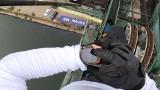 Wspiął się na 50-metrowy żuraw w dawnej Stoczni Gdańskiej. Bez zabezpieczenia [wideo]