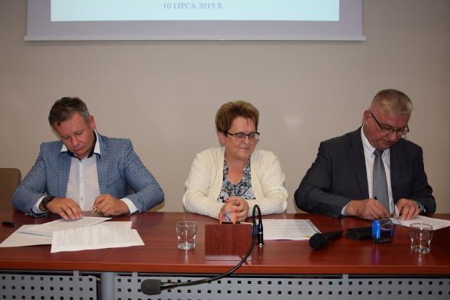 Umowę podpisują Karol Sękowski, dyrektor spółki COLAS, Renata Piotrowska, główna księgowa Zarządu Drogowego w Sępólnie Kr. oraz Edwin Eckert, dyrektor Zarządu Drogowego
