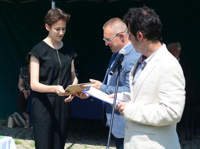 Główną Nagrodę wysokości 5 tysięcy złotych otrzymała zdobywczyni I nagrody Ogólnopolskiej Olimpiady Filozoficznej, Olga Żyminkowska, licealistka z Poznania. Wręczają Sebastian Równy i Marcin Kępa.