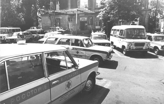 Rok. 1982. Karetki na parkingu Stacji Pogotowia Ratunkowego we Wrocławiu