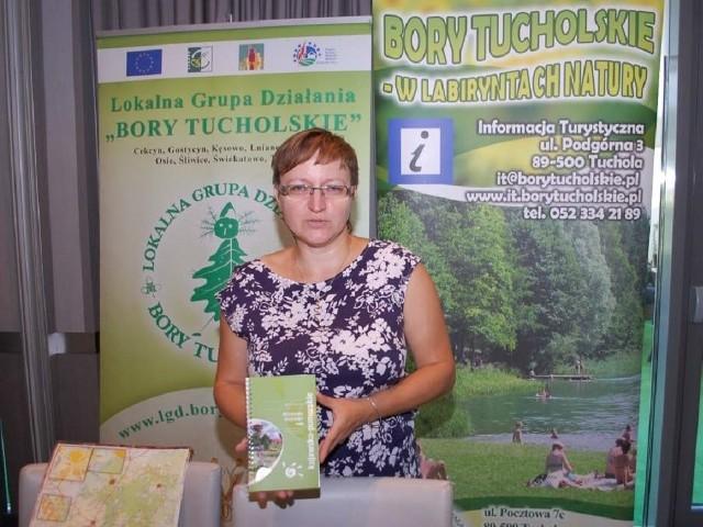Magdalena Kurpinowicz z LD Bory Tucholskie z nowszym przewodnikiem tras rowerowych.