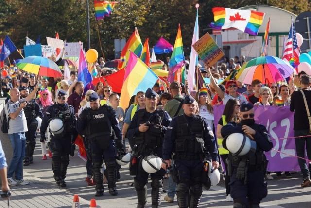 Sylwiusz J., wójt Żelazkowa, usłyszał zarzut naruszenia nietykalności cielesnej policjanta. Do incydentu miało dość podczas niedzielnego Marszu Równości w Kaliszu.