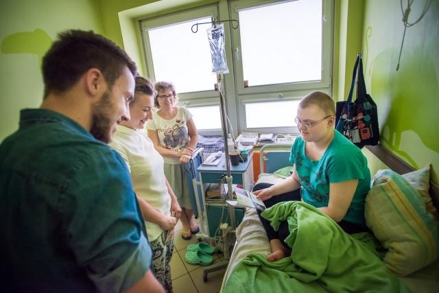 Paulinę Szołtysek w szpitalu odwiedzili: zwycięzca 8 edycji  - You can Dance - Mateusz Sobecko oraz autorka wierszy dla dzieci -  Monika Czoik - Nowicka.