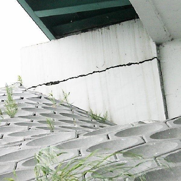 Na zdjęciu rysa powstała na betonowym  elemencie kruszwickiego mostu