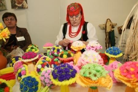 Kwiaty z bibuły Teresy Klimczak z Daleszyc jak zwykle cieszą się zainteresowaniem zwiedzających