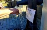 Przyjeżdżają z butelkami, by nabrać wodę ze studni głębinowej na ulicy Wycieczkowej w Łodzi