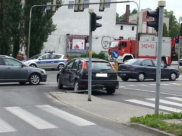 Czarnym samochodem jechały poszkodowane osoby.