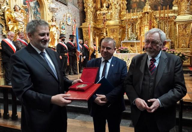 Medal św. Józefa prezentuje Michał Niezabitowski, dyrektor Muzeum Krakowa
