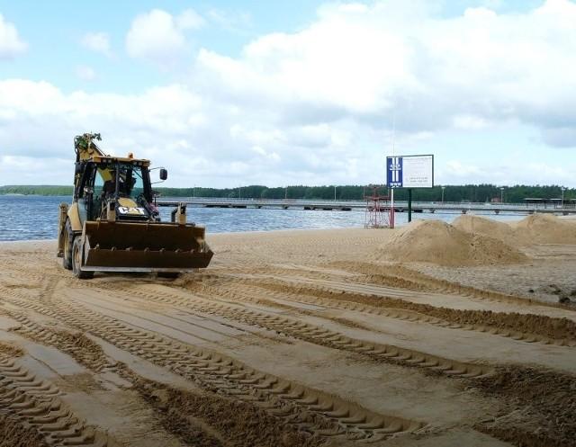 W piątek zwieziony nad Miedwie piasek został rozłożony na całej plaży w Zieleniewie.