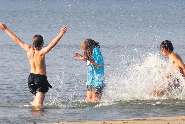 W tym roku woda w morzu i jeziorach ma być zdecydowanie cieplejsza niż zazwyczaj. Z tego cieszą się przede wszystkim dzieci.