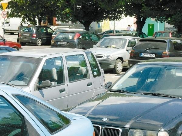 Płatne parkowanie ma być receptą na zatłoczone ulice i parkingi w centrum Brzegu, ale także sposobem na zasilenie budżetu miasta. (fot. Jarosław Staśkiewicz)