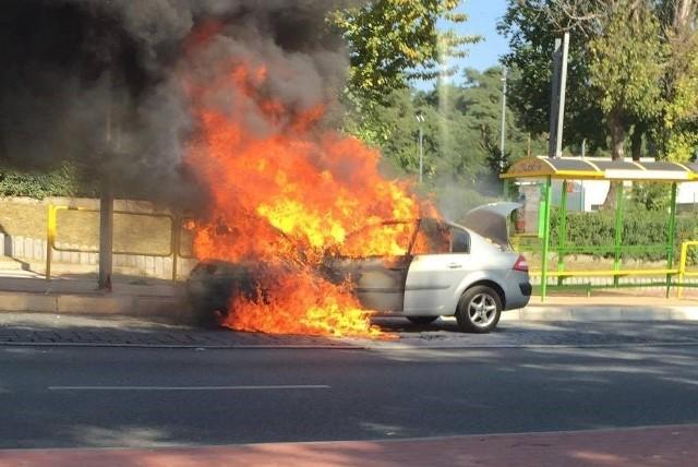 Do pożaru doszło w środę, 7 września, ok. godz. 13 na Szosie Kisielińskiej  w Zielonej Górze. Niespełna pół godziny później, auto było już doszczętnie spalone - relacjonuje nasza Czytelniczka. Jak udało się ustalić, spalony samochód to najprawdopodobniej renault megane. Przeczytaj też:   Groźny pożar w Gliśnie. Na miejscu siedem zastępów strażaków