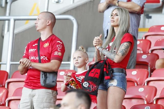 Kibice na stadionie Widzewa podczas meczu z Elaną Toruń