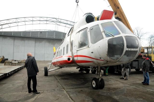 Pracownicy Muzeum Lotnictwa Polskiego szykują maszynę do drogi. Ma trafić do Wielkopolski, gdzie zostanie odmalowana