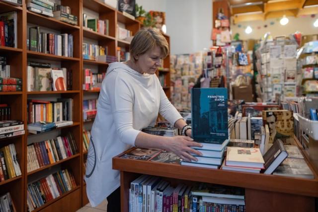 Szczególnie popularne jest w Polsce obdarowywanie bliskich książkami w okresie świątecznym. Według danych za 2020 r. w grudniu konsumenci przeznaczali na ich zakup tygodniowo ponad trzykrotnie więcej niż w pozostałych okresach roku.  Co ciekawe, Polacy wciąż chętniej sięgają po książki w formie papierowej niż cyfrowej.