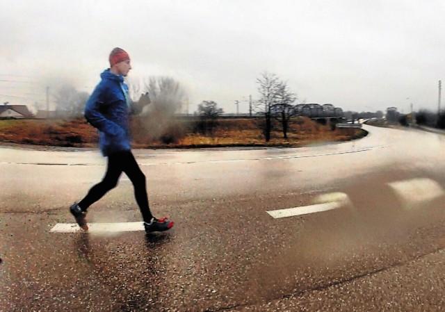 Niepełnosprawny Dariusz Strychalski bez względu na pogodę przemierza setki kilometrów w okolicach Łap, przygotowując się do realizacji planu, który sobie sam wyznaczył