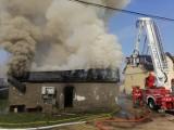 Pożar w Sobowidzu. 20.04.2021 r. Pali się budynek mieszkalny! Ewakuowano mieszkańców, z ogniem walczy 10 zastępów straży pożarnej