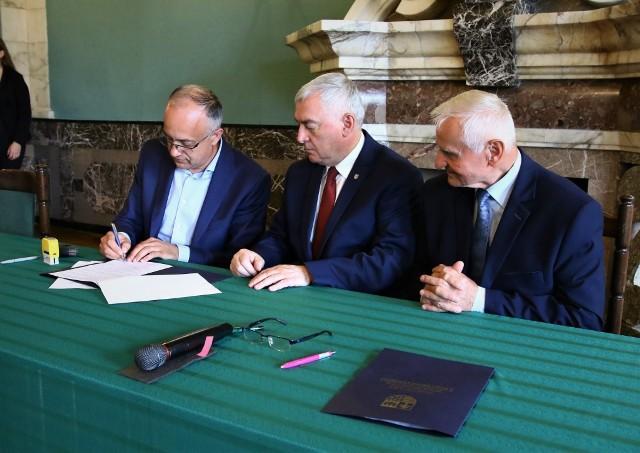 Umowę podpisuje wójt Wilczyc Robert Paluch.