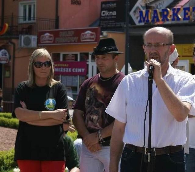 Na zdjęciu Dorota i Jacek Łapińscy w towarzystwie burmistrza Sławy Cezarego Sadrakuły podczas uroczystego odsłonięcia kolejnej tablicy w Alei Gwiazd Bluesa w Sławie