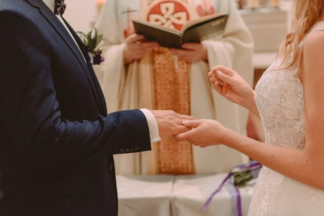 """Planujesz ślub kościelny? Sprawdź, co w ceremonii na pewno nie przejdzie! W diecezji płockiej powstał dokument z zakazami, nakazami i wskazówkami dla osób chcących zawrzeć małżeństwo w kościele. Kto wie, czy inne diecezje nie pójdą tym śladem.Wszystkie cytaty pochodzą z """"Instrukcji Biskupa Płockiego o przygotowaniu i sprawowaniu sakramentu małżeństwa""""."""