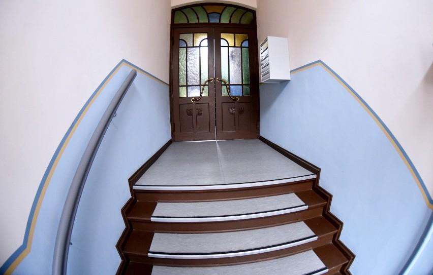 Ul. Bolesława Chrobrego 20. We wnętrzu kamienicy znaleźć można piękne drzwi z kolorowymi szybkami.