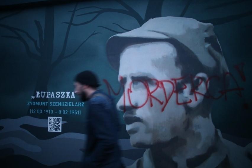 """Napis """"morderca"""" na muralu Żołnierzy Wyklętych w Gdańsku [ZDJĘCIA]"""
