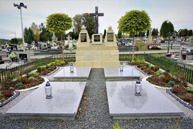 Tak wygląda odnowiona mogiła ofiar pacyfikacji Sułkowic na cmentarzu parafialnym
