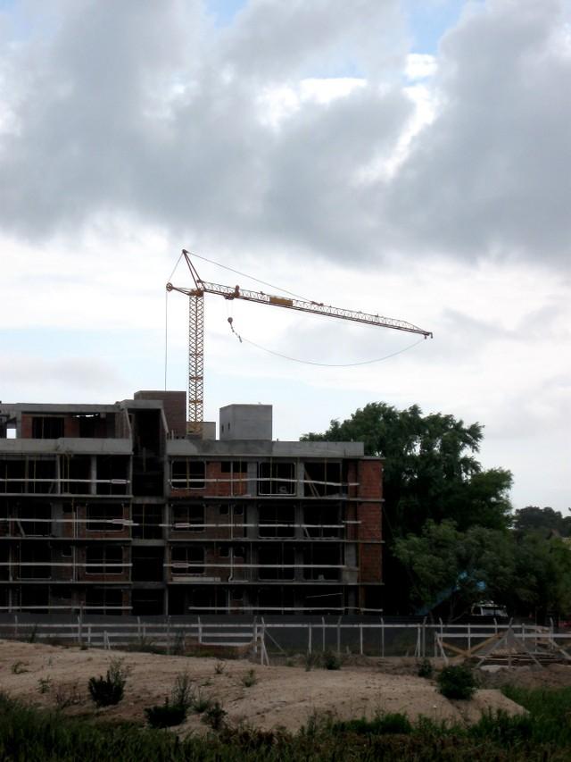 Budowa bloku mieszkalnegoZakup mieszkania od dewelopera to zdecydowanie lepsza lokata kapitału od nieruchomości kupionych na rynku wtórnym.