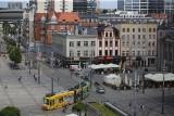 Rynek w Katowicach z góry. Plac Kwiatowy ma już 5 lat. Latem 2020 z powodu pandemii nieczynne są fontanny, ale są palmy i leżaki. Zdjęcia