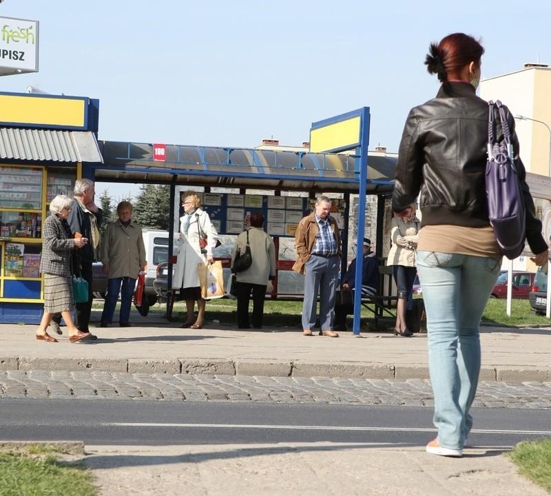 Chodnik prowadzący na przystanek przy ulicy 11 Listopada w Słupsku.
